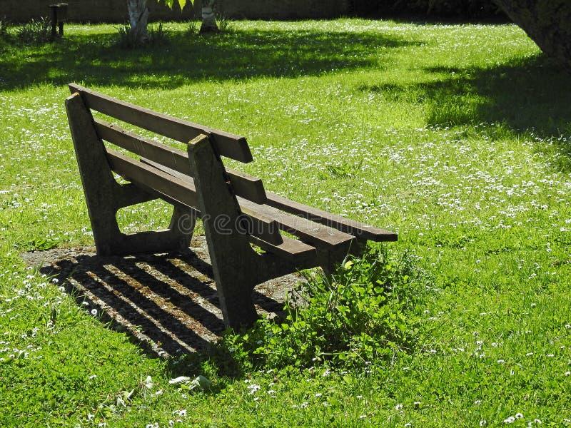 孤零零平安的公园长椅安静的和平时期 免版税库存照片