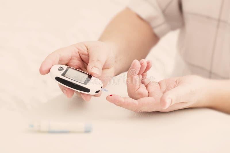 医学、糖尿病、glycemia、医疗保健和人概念 免版税库存照片