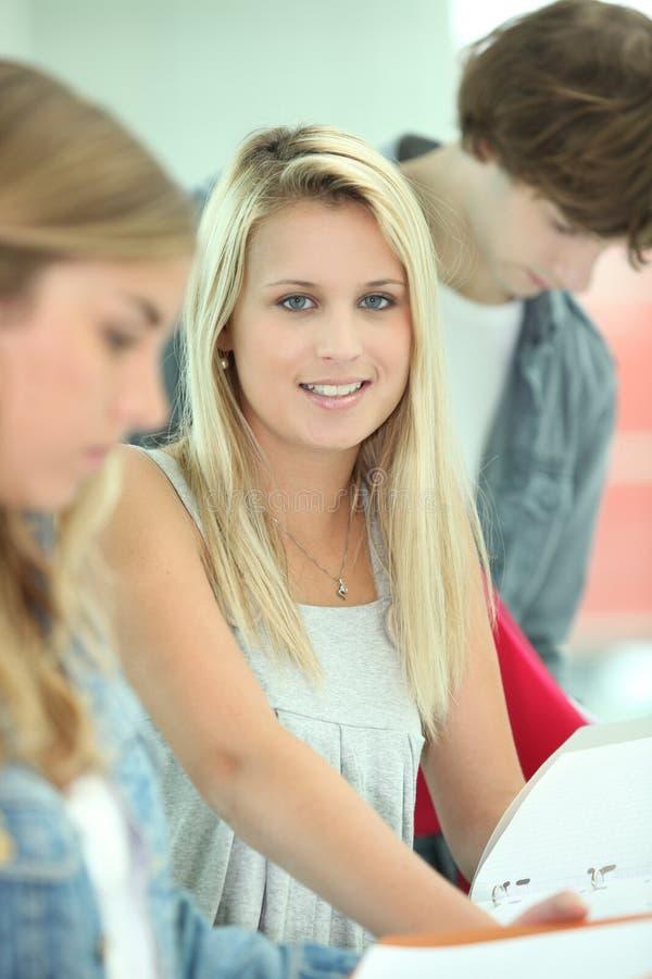 学习与她的朋友的学员 图库摄影