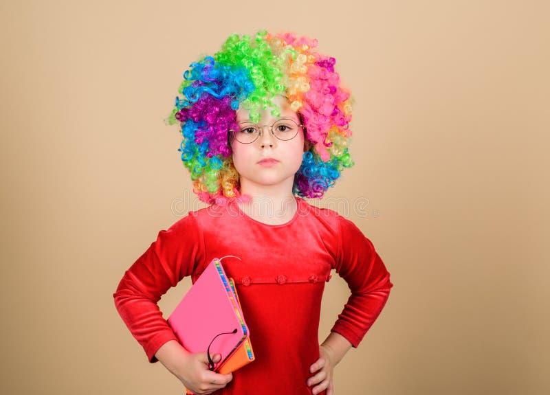 学习乐趣的Make 真实地愉快的童年 女孩逗人喜爱的嬉戏的孩子戴着卷曲彩虹假发 生活是乐趣 E 免版税库存图片