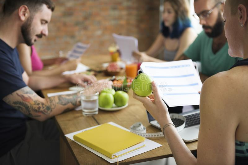学习健康的一个小组不同的健康人民一起形成 免版税库存图片