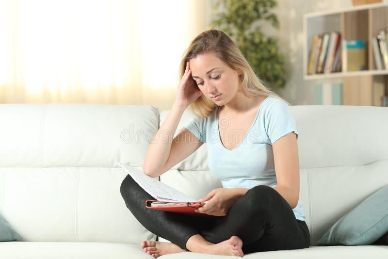 学习关于长沙发的用功学生读书笔记 库存照片