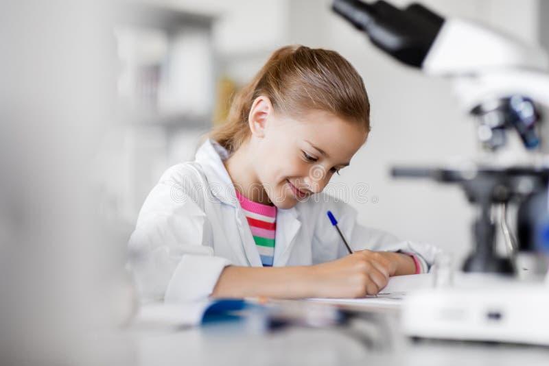 学习化学的女孩在学校实验室 库存照片