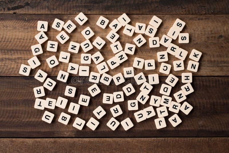 学习和教育概念-字母表在木背景的铺磁砖/块 免版税库存照片