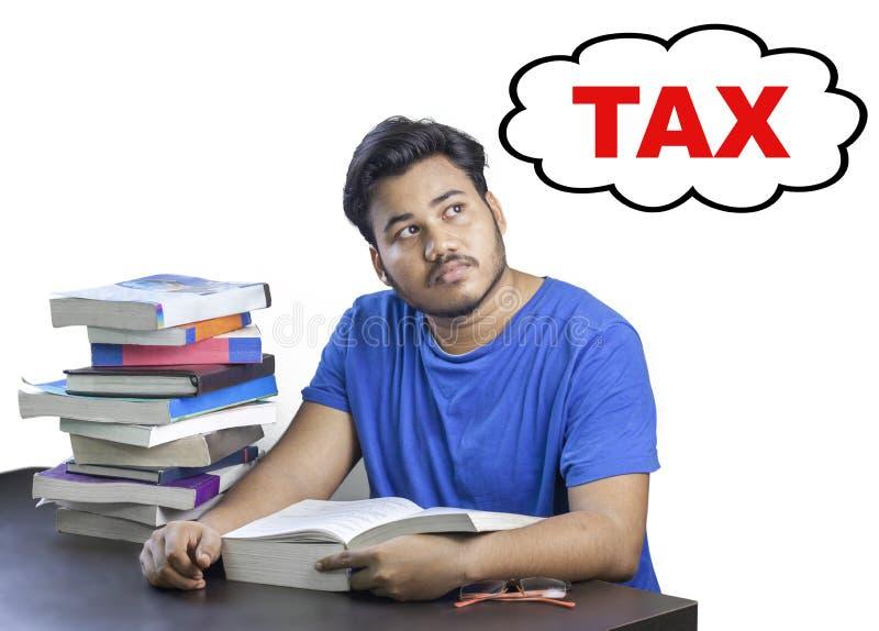 学习和考虑税的学生 免版税库存图片