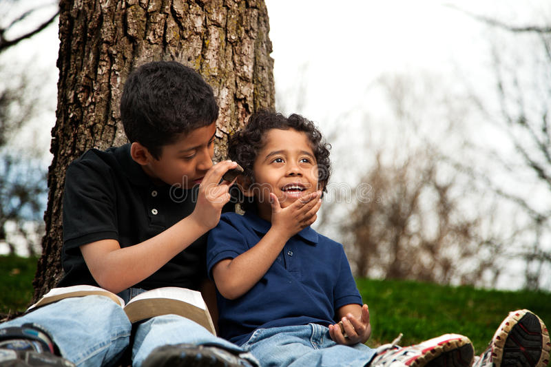 学习圣经的小男孩 库存照片