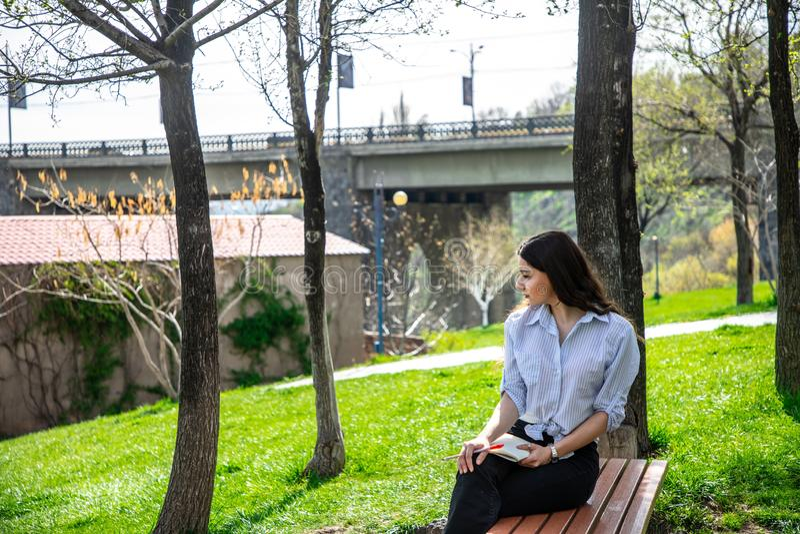 学习在公园的女孩 图库摄影