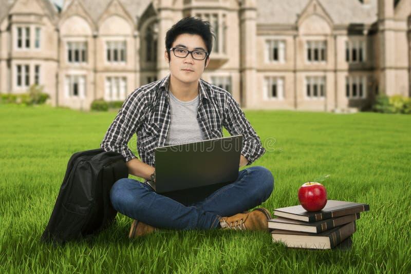 学习在公园的男学生 免版税图库摄影