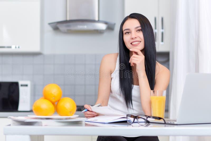 学习在厨房的女孩 免版税库存图片