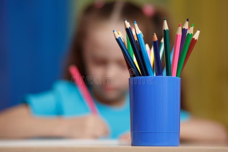 学习在学校的Ittle女孩 免版税库存照片
