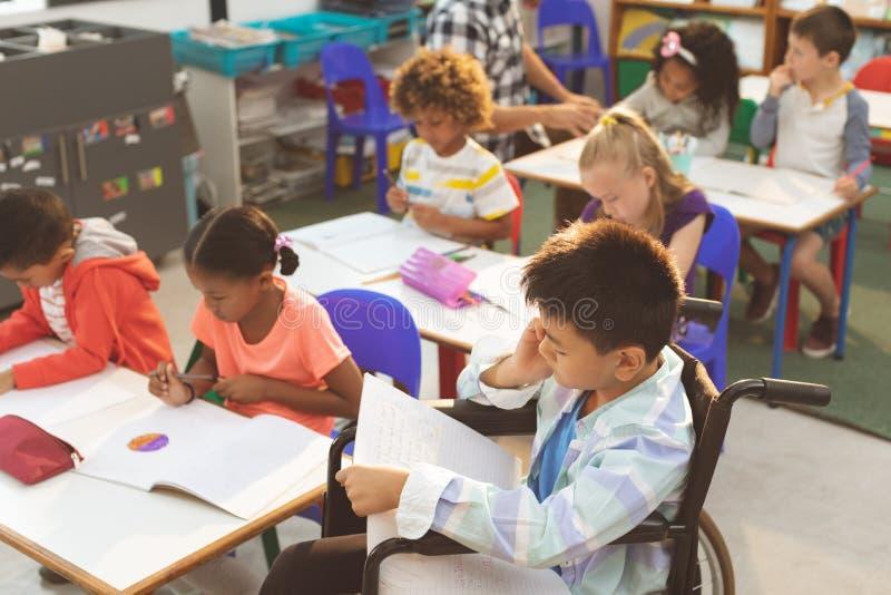 学习在教室的学校孩子在学校 免版税库存图片