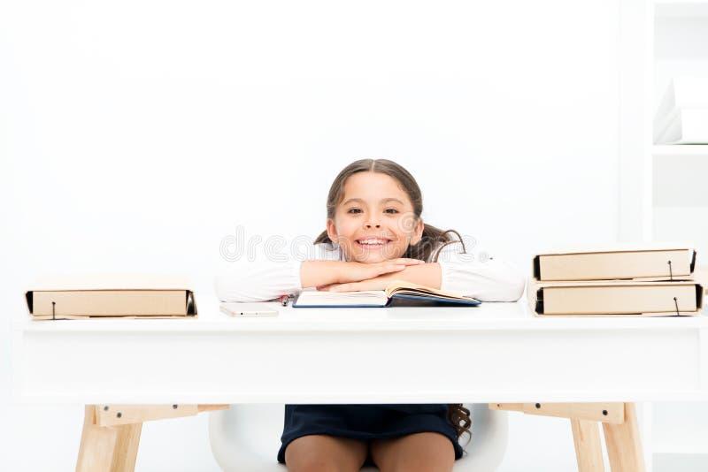 学习在有不正确高度的书桌上可能带领背部疼痛 什么应该是高度研究桌 女小学生做 图库摄影