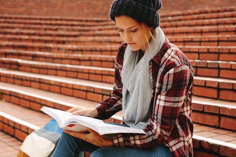 学习在校园里的女性少年 免版税库存照片
