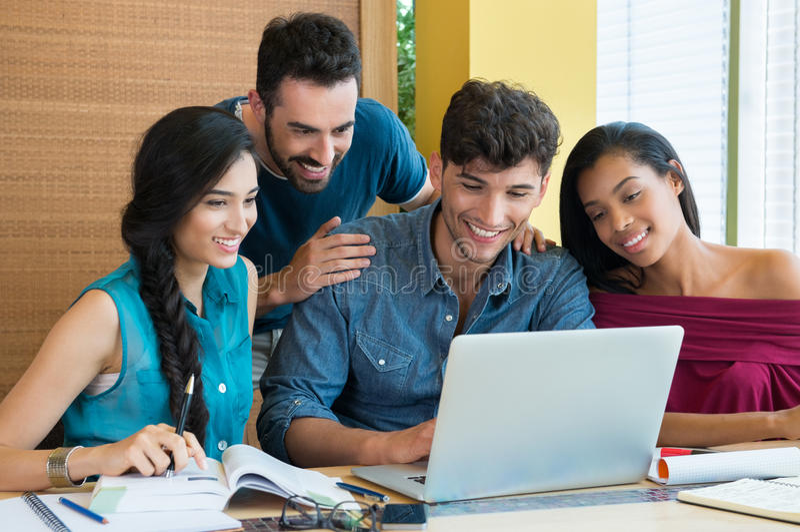 学习在膝上型计算机的学生 库存图片