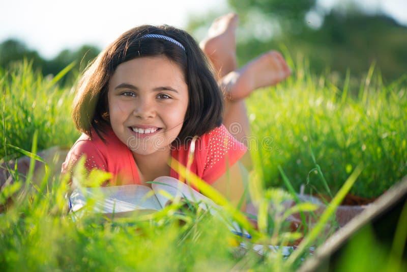 学习在自然的愉快的孩子 图库摄影