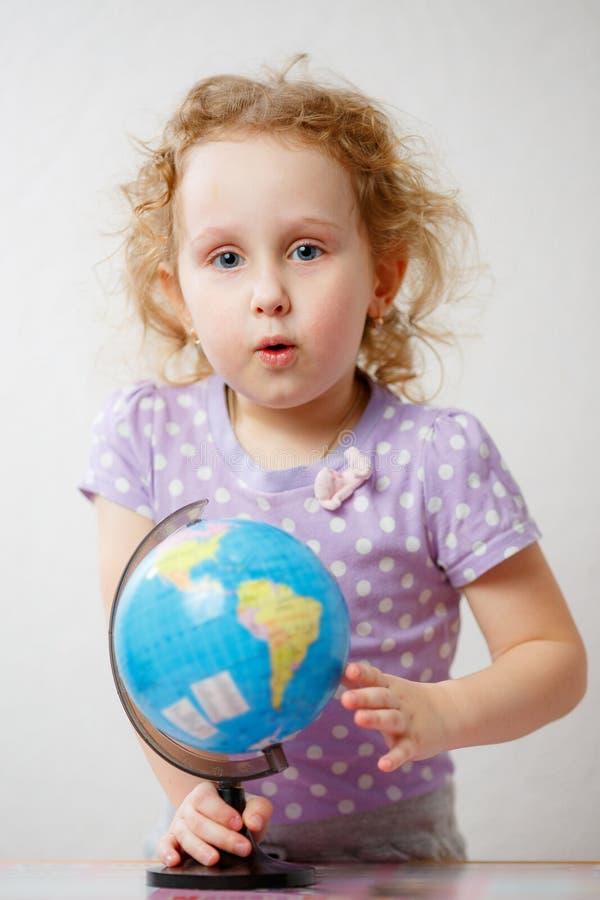 学习地球的女孩 苹果登记概念教育红色 免版税库存图片