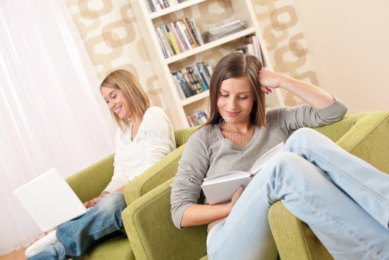 学习少年二的女学生 免版税库存图片