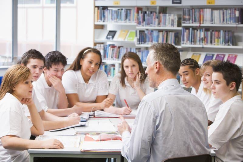 学习教师的学童 免版税库存照片