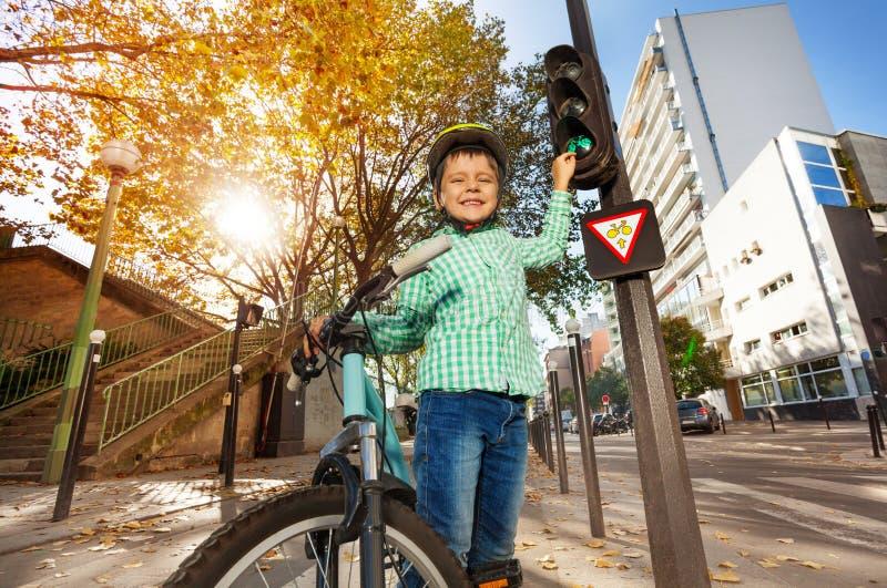 学习道路交通规则的愉快的男孩 免版税库存照片