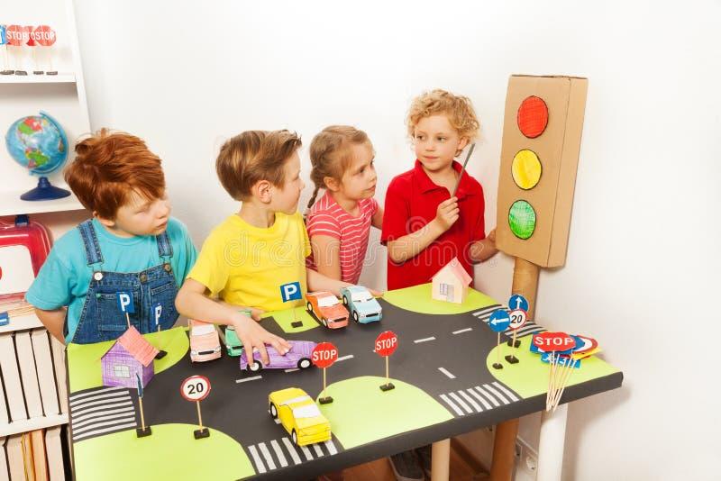 学习高速公路或交通代码的四个孩子 免版税库存图片