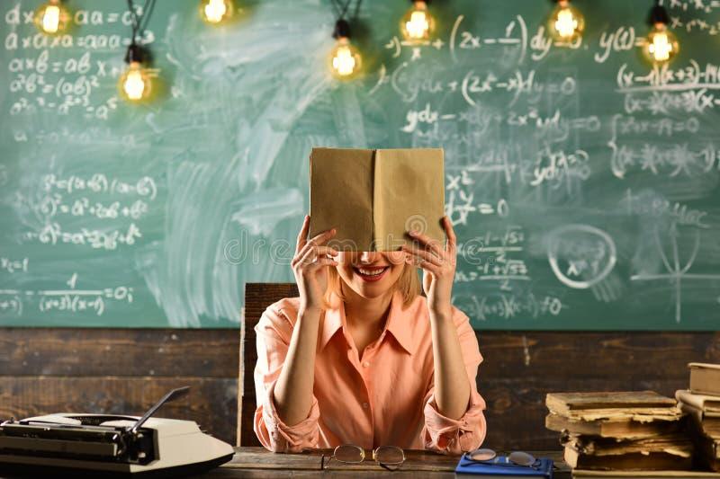 学会与词汇量书的英语 英国教训在有妇女的学校 免版税图库摄影