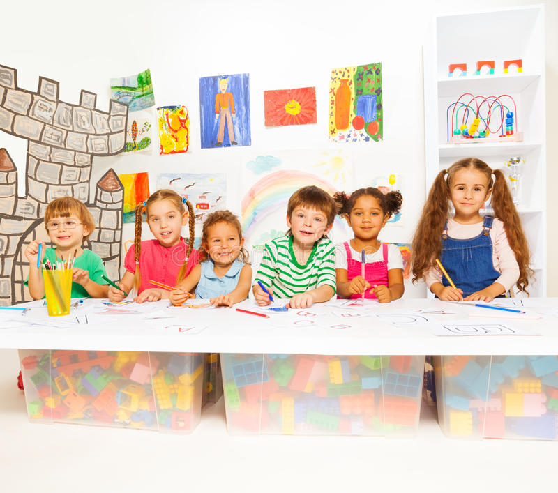 学会信件和读的聪明的小孩 库存照片