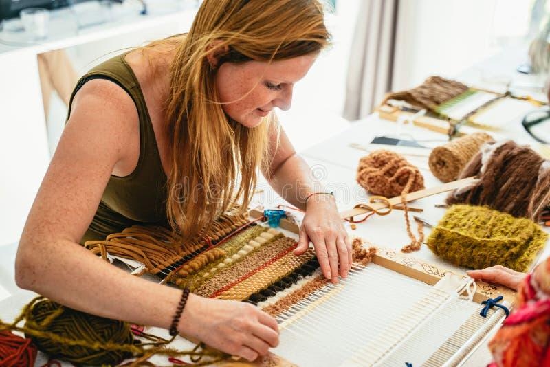学会可爱的年轻女人编织 库存照片