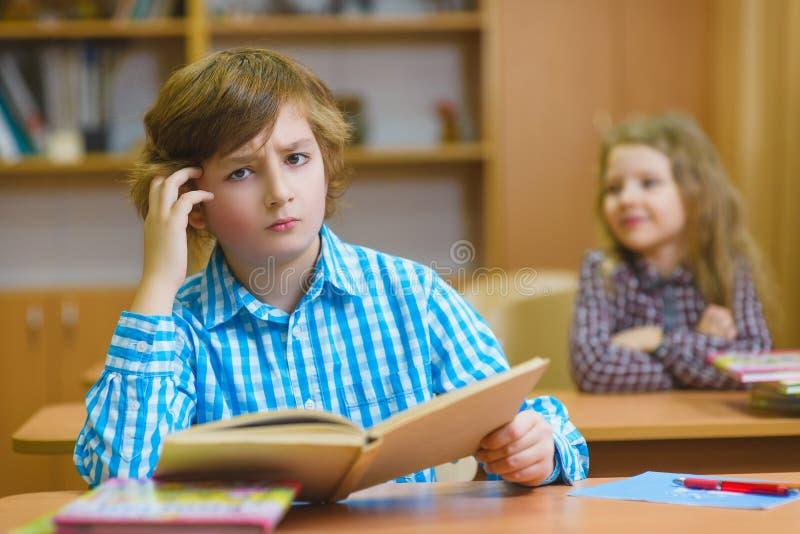 学会和做家庭作业的孩子在学校教室 免版税库存图片