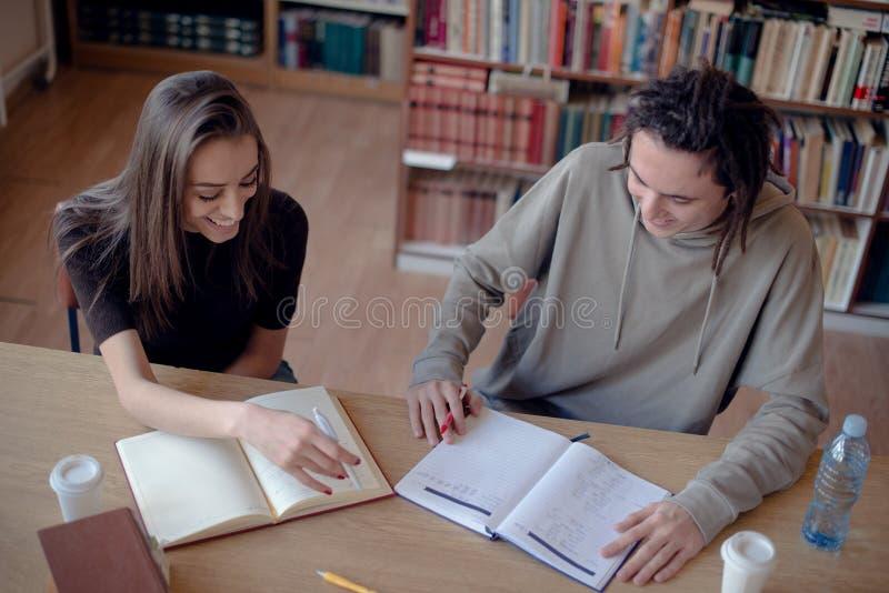 学会在图书馆里的大角度观点的学生 图库摄影