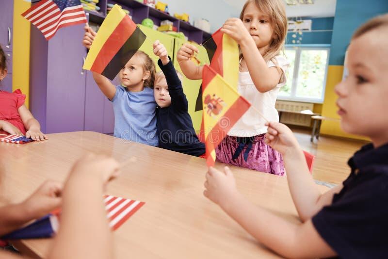 学会在幼儿园的小组孩子语言 免版税库存照片