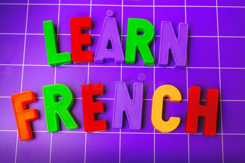 学会在磁铁信件的法语字母表 库存图片