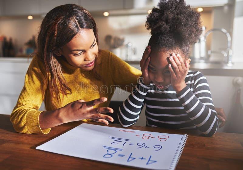 学会她的女儿的母亲计算 免版税库存照片