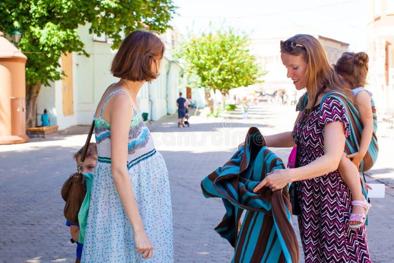 学会如何的怀孕的夫人使用婴孩套 库存图片