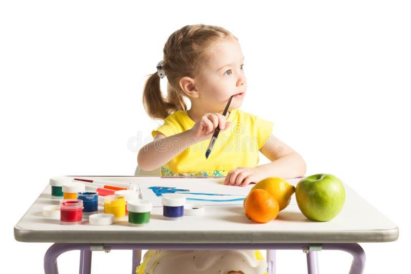 学会对绘的小逗人喜爱的女孩,在白色背景 图库摄影