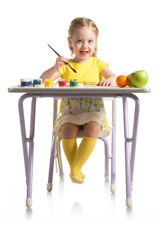 学会对绘的小逗人喜爱的女孩,在白色背景 免版税库存照片