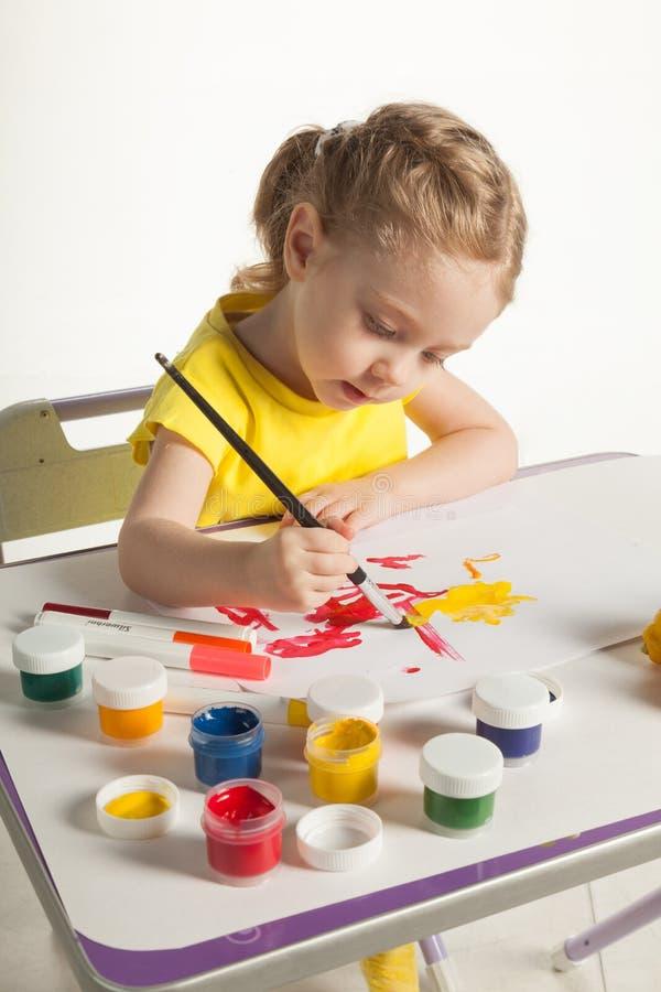 学会对绘的小逗人喜爱的女孩,在白色背景 免版税图库摄影