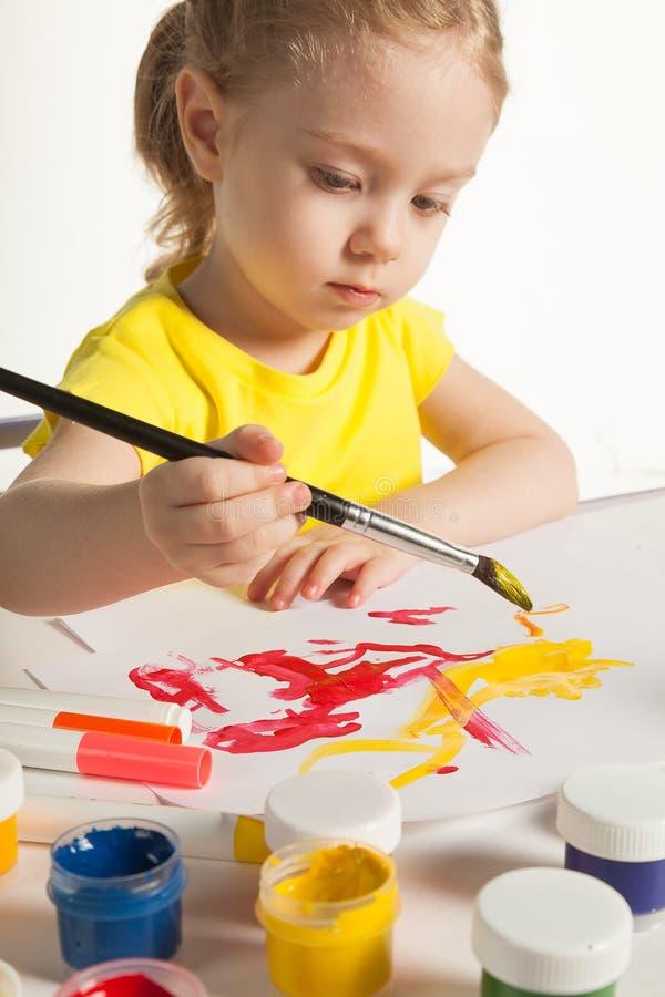 学会对绘的小逗人喜爱的女孩,在白色背景 库存图片