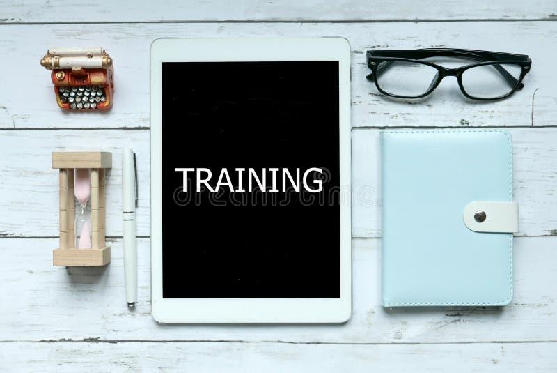 学会教育的训练良师通过网上数字概念 沙子时钟、笔记本、笔、玻璃和片剂顶视图  库存图片