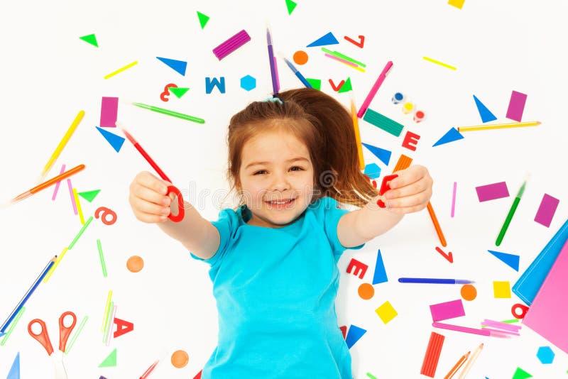 学会数学的小微笑的女孩 免版税图库摄影