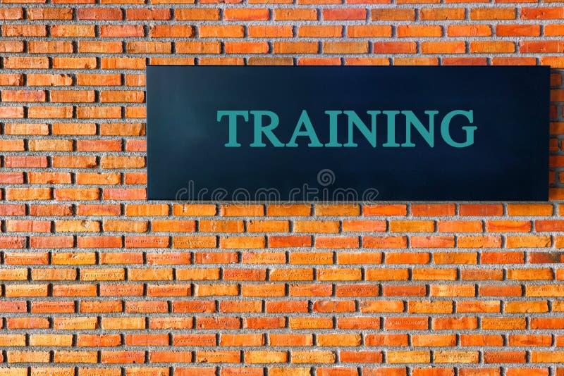 学会概念:在黑砖墙背景的训练文本 库存照片