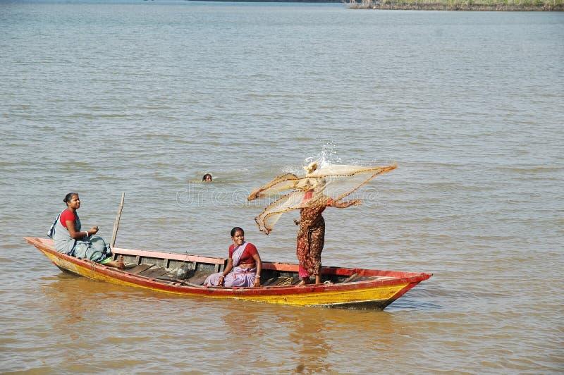 学会游泳,划船,渔的妇女 库存图片