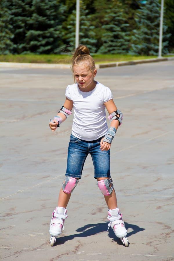 学会溜冰鞋的女孩 图库摄影