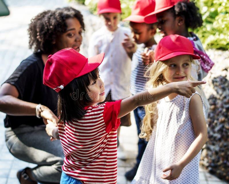 学会生态从事园艺的老师和孩子学校 免版税图库摄影