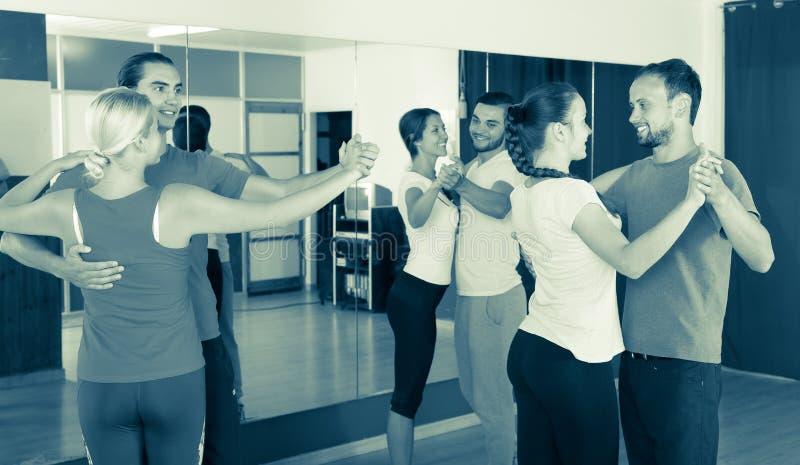 学会的人们跳舞华尔兹 免版税库存照片