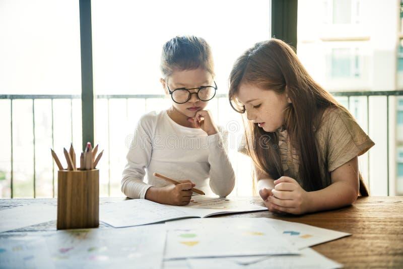 学会研究女孩概念的孩子 库存图片