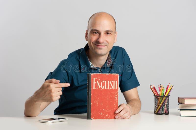 学会英语的秃头人 免版税图库摄影