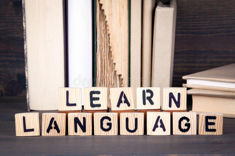 学会语言,在木桌上的木信件 教育、成功和通信背景 免版税库存照片