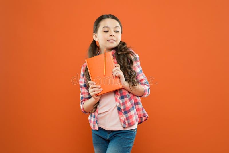 学会语言 学习令人激动 与书的女孩逗人喜爱的孩子研究 r 您知道 与工作的学生 免版税库存图片