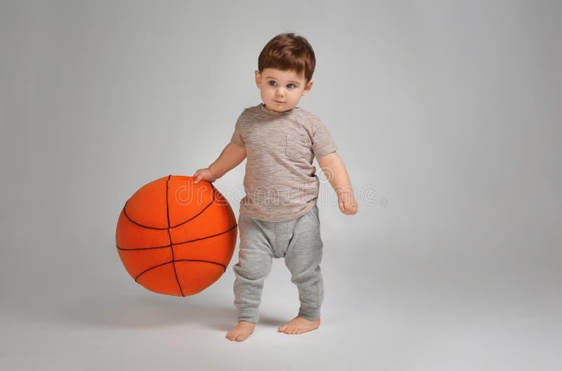 学会逗人喜爱的婴孩走和使用 免版税库存图片