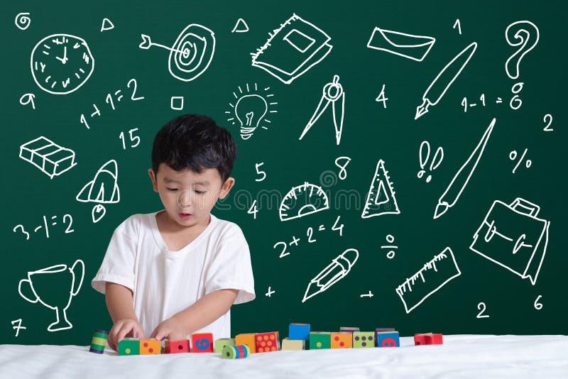学会通过使用的亚洲孩子与他的关于文具供应学校对象活动的想象力学会的,手拉在 向量例证